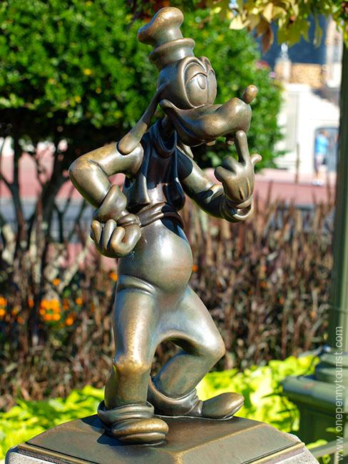 The Goofy mini statue in it's old location on the Castle hub in the Magic Kingdom, Walt Disney World