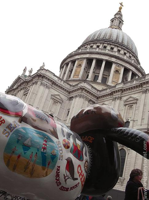 Literary Lamb Shaun has a great view of St Paul's Cathedral. Part of the Shaun in the City Art Trail in London.