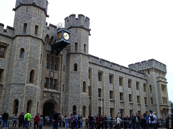 The Tower of London is home of the Crown Jewels of the British monarchy onepennytourist.com