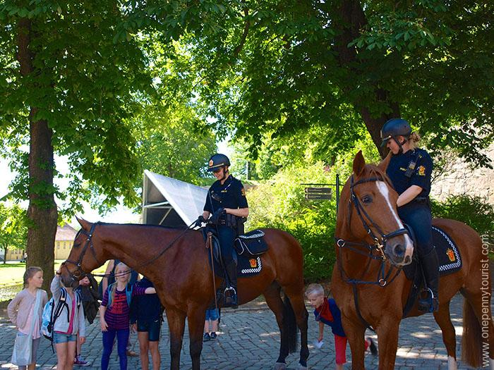 Oslo in 8 hours - Mounted Policewomen in Akershus Fortress, Oslo, Norway. OnePennyTourist.com